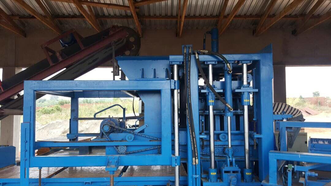 Ligne complètement automatique de la machine QTY6-15 fonctionnant dans Malawi.jpg