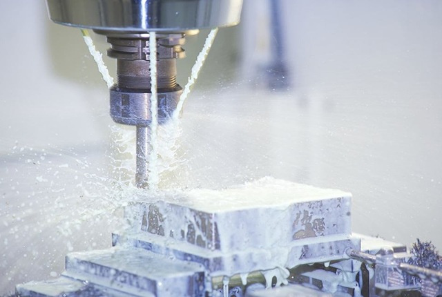 What workpieces can a CNC milling machine process?